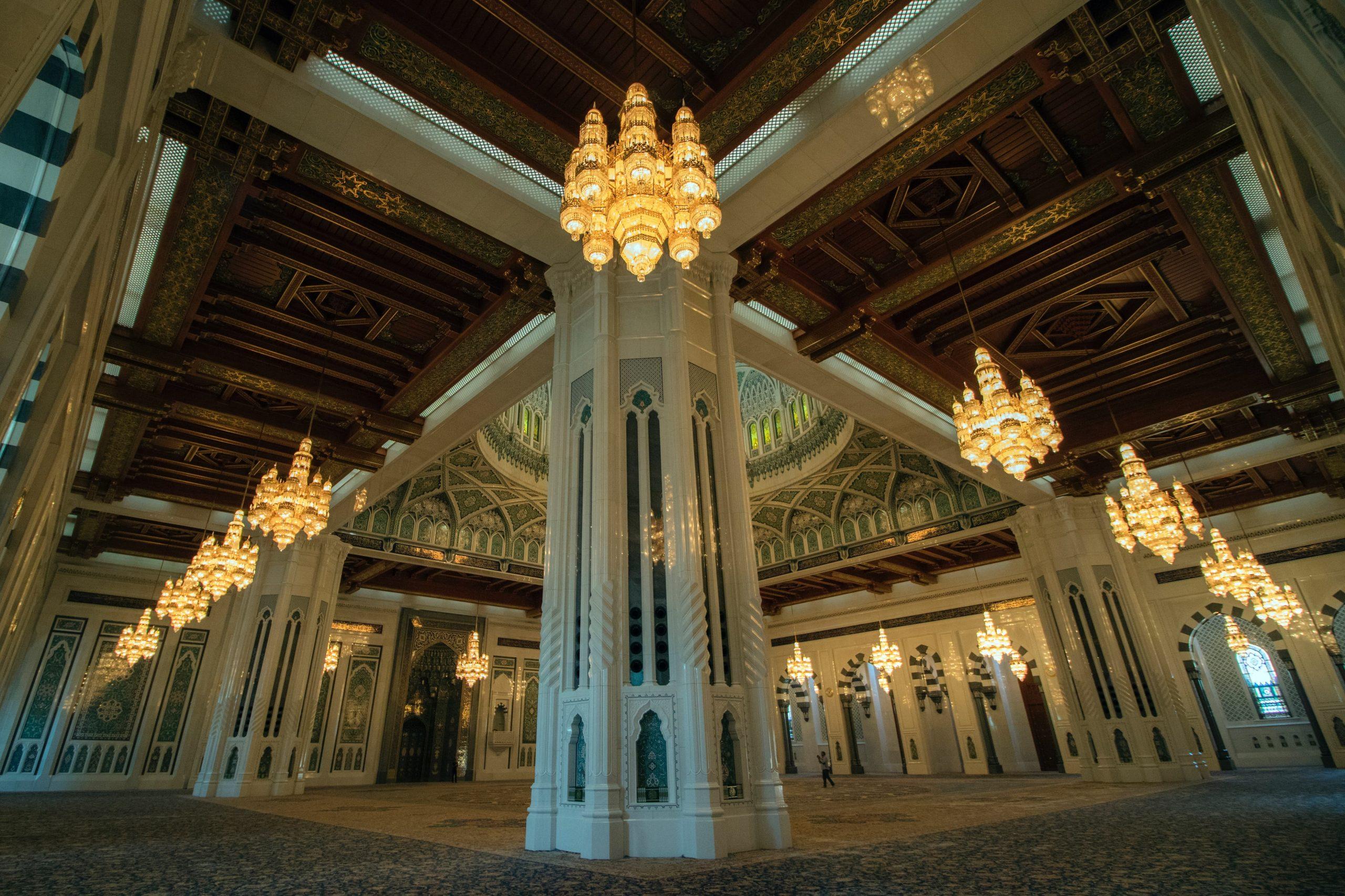 نمایی از شبستان و لوسترها و فرش زیبای مسجد سلطان قابوس عمان