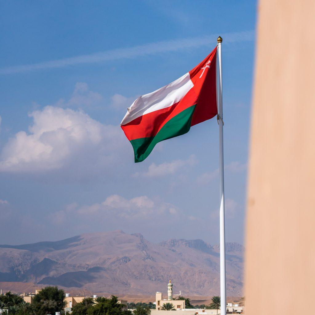 به اهتزاز در امدن پرچم ملی کشور عمان