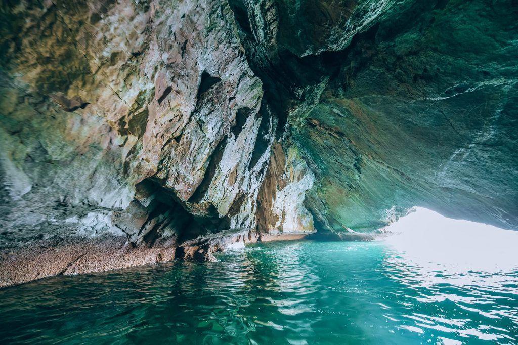 غارهای آبی در کشور عمان زیباییهای خود را دارد.