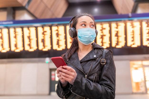 مسافری در فرودگاه و آماده سفر در زمان پسا کرونا