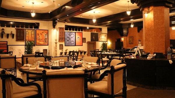 نمای داخلی یک رستورانی عمانی
