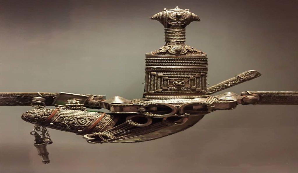 در سفر به عمان از سوغاتی معروف این کشور یعنی خنجر عمانی خرید می کنیم