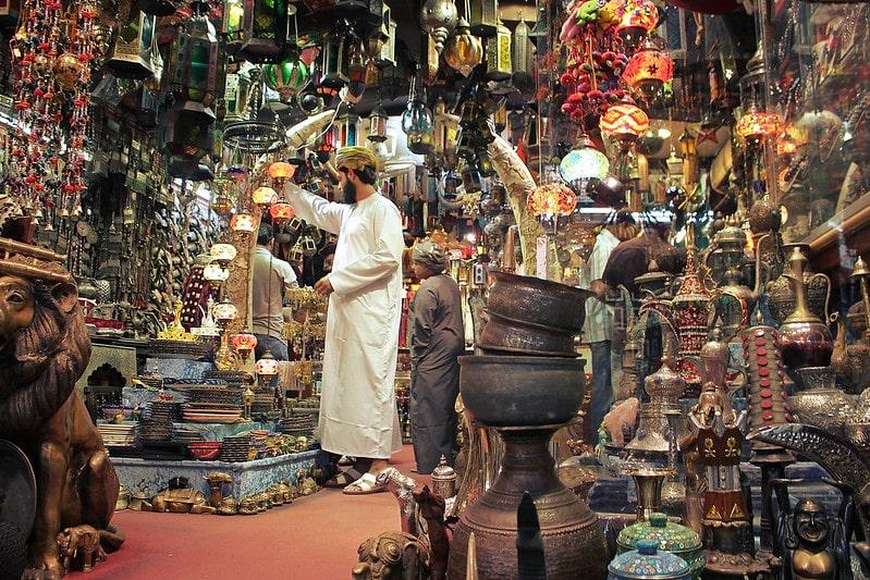 مردی در حال خرید سوغات عمان
