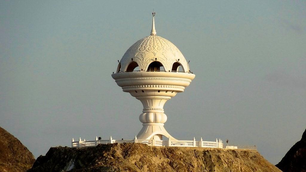 مجسمه کندرسوز عمان از دیدنیهای شهر مسقط