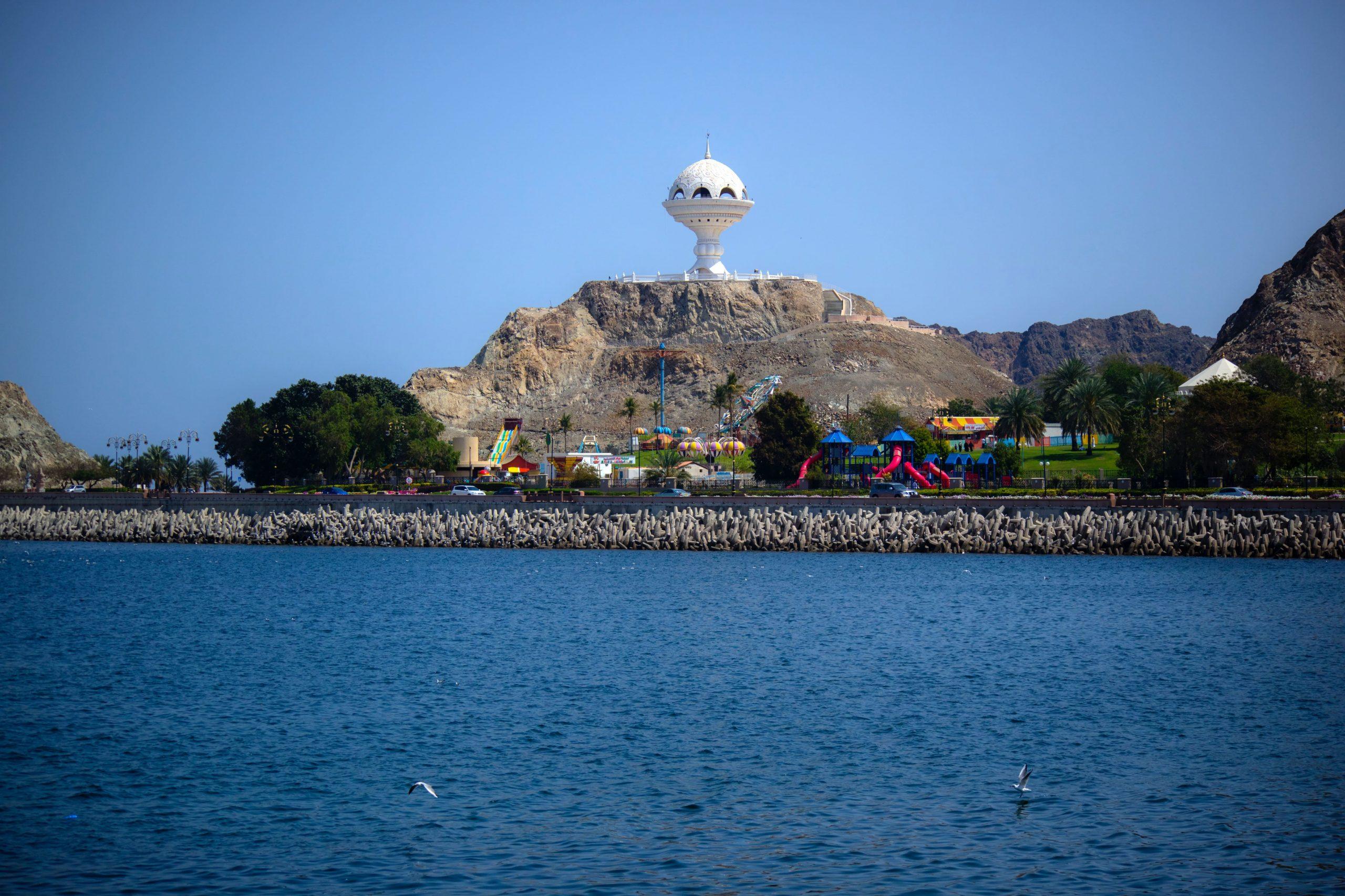 نمای دور از مجسمه کندرسوز عمان