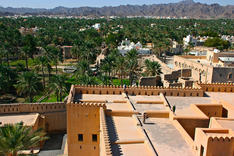 نمای بالا از قلعه و شهر نیزوا عمان