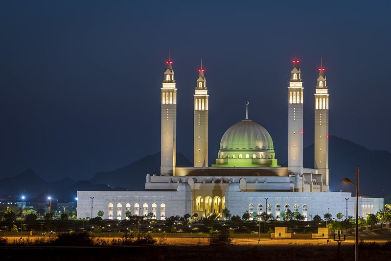 نمای شب مسجد سلطان قابوس عمان در شهر نیزوا