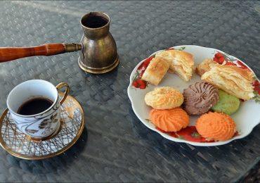 لذت خوردن شیرینیهای عمانی همراه با قهوه اصیل عمانی