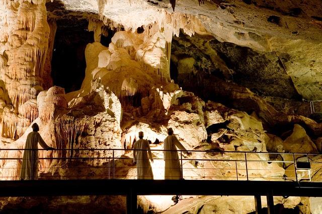 گردشگران در داخل غار الوتا عمان
