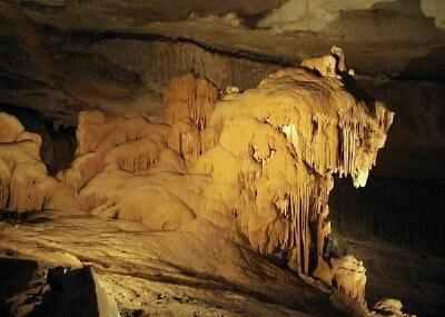 نمای داخلی غار الهوتا در کشور عمان